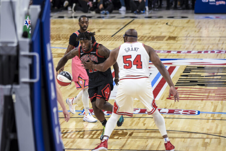 Former Chicago Bulls players Nate Robinson and Horace Grant made appearances during the game